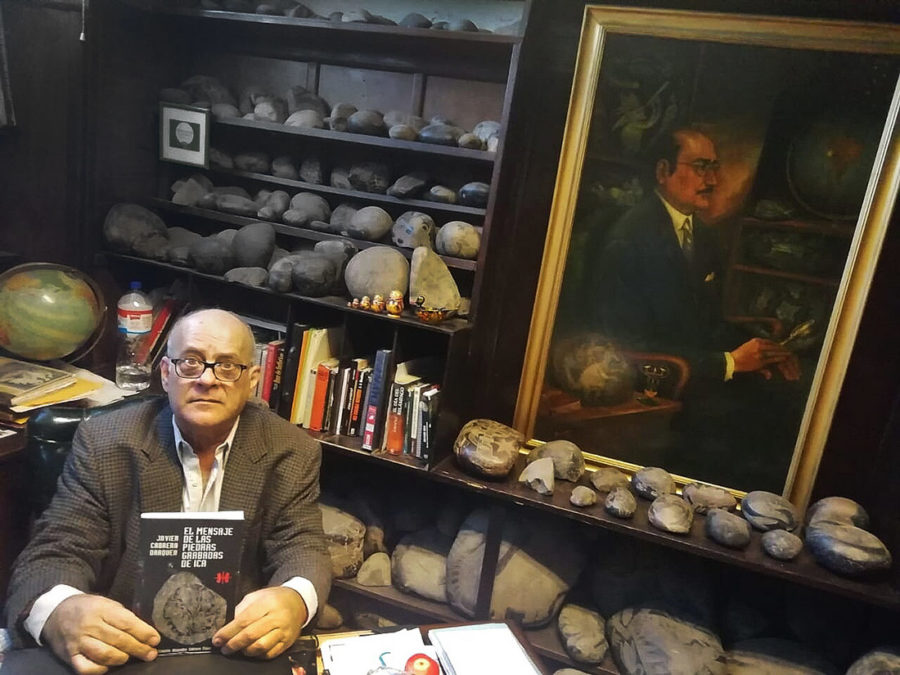 Хавьер Кабрера Даркер со своей книгой «Сообщение от камней с рисунками из Ики»